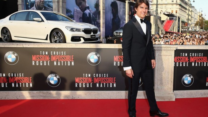 Tom Cruise posing with the 7 Series in Prague recently.