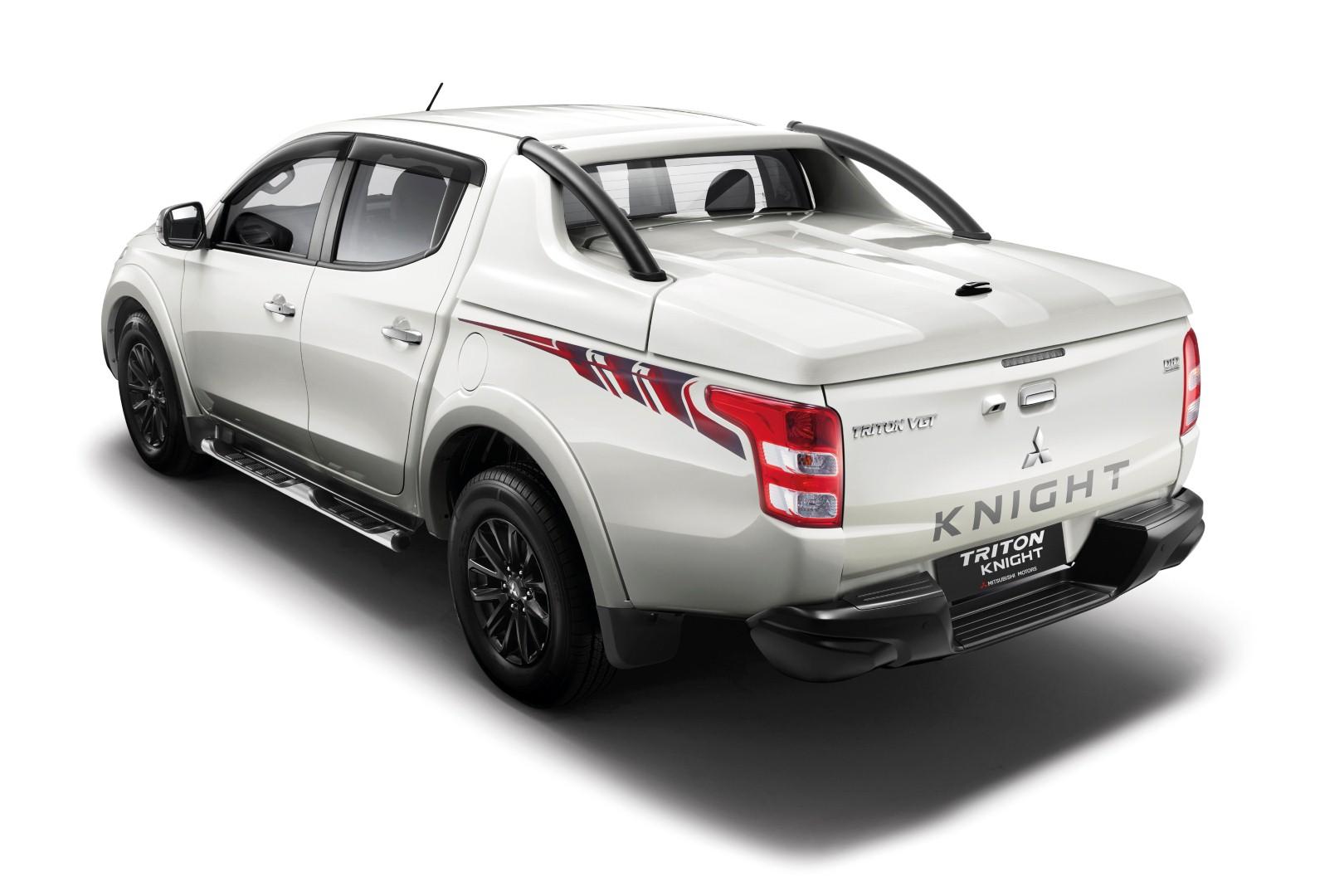 Mitsubishi Triton Knight Edition - 02 matte black rear bumper